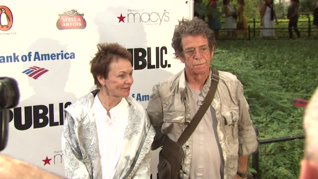 laurie anderson and lou reed at the 2010 public theater gala at new york ny. - ルー リード点の映像素材/bロール