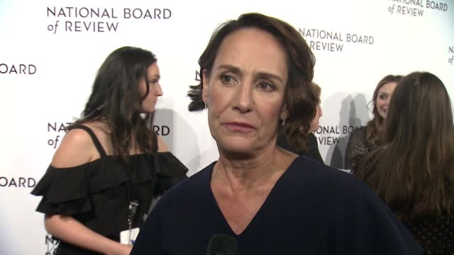 vídeos y material grabado en eventos de stock de interview laurie metcalf on the #timesup movement at 2018 national board of review awards gala at cipriani 42nd street on january 9 2018 in new york... - time's up movimiento social
