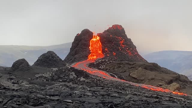 lava began spewing from iceland's long-dormant fagradalsfjall volcano on march 21. footage by reykjavik resident andri magnason, who headed out to... - https stock-videos und b-roll-filmmaterial