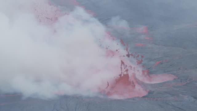 cu lava bubbles and smokes in crater, nyiarogongo, democratic republic of congo, sep 2011 - eruzione video stock e b–roll