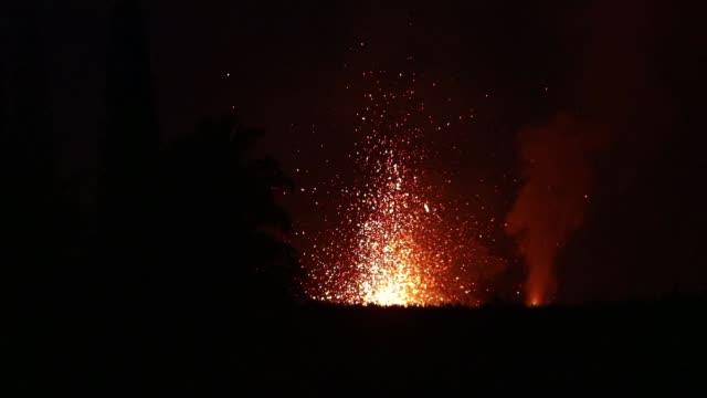vídeos y material grabado en eventos de stock de lava erupts from a kilauea volcano fissure on hawaii's big island on may 17 2018 in kapoho hawaii - changing form