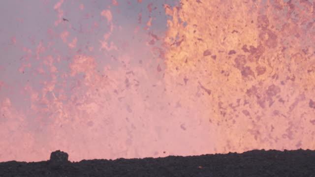 vidéos et rushes de lava explodes out of volcano, nyamuragira, democratic republic of congo, 2011 - politique et gouvernement