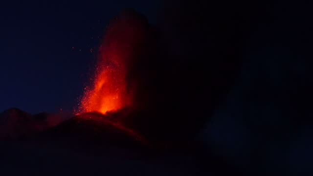 vidéos et rushes de lava fontain during eruption of volcano etna in italy - entrer en éruption