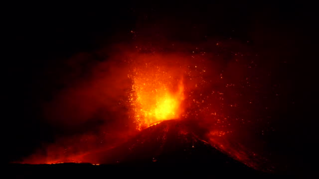 lava fontain during eruption of volcano etna in italy - eruzione video stock e b–roll
