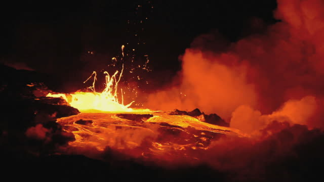 vidéos et rushes de ws lava from kilauea volcano exploding at night / kalapana, hawaii, usa - big island îles hawaï
