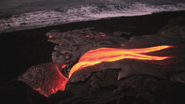 vidéos et rushes de ms lava from kilauea volcano flowing near ocean / kalapana, hawaii, usa - big island îles hawaï