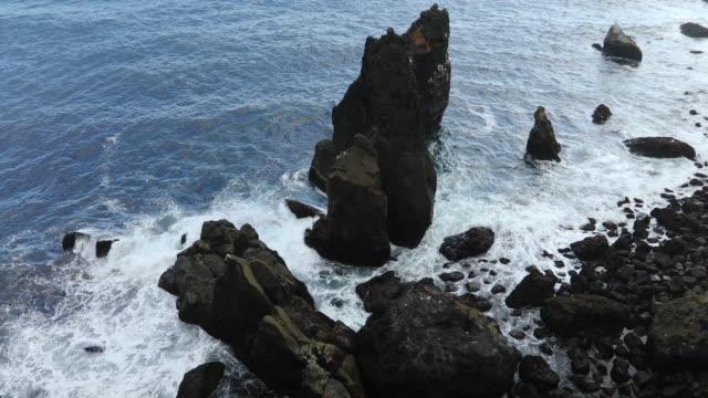 stockvideo's en b-roll-footage met lava rock cliffs at reykjanes penninsula - verwonderingsdrang