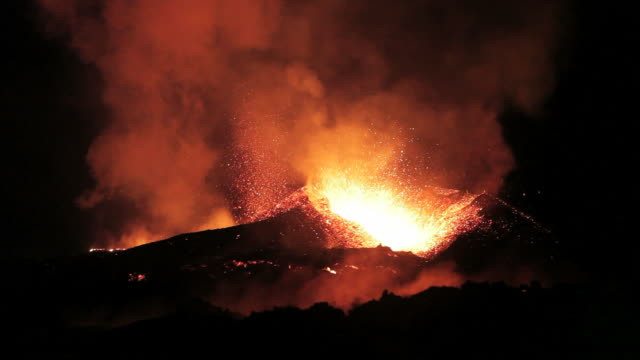 lava spewing from the fimmvorduhals region of the icelandic volcano eyjafjallajokull, april 2010 - 2010 個影片檔及 b 捲影像