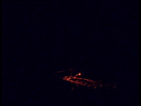 vídeos de stock e filmes b-roll de lava spews from volcanic fissure at night, hawaii - evolução