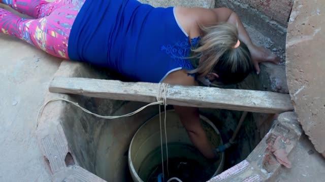 lavarse las manos con frecuencia es una de las principales recomendaciones para prevenir el coronavirus. pero en brasil, donde 35 millones de... - agua stock videos & royalty-free footage