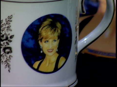 law case freezes diana memorial fund itn lib flora margarine tubs with logo of the memorial fund china mug bearing a picture of princess diana pan... - foto segnaletica video stock e b–roll