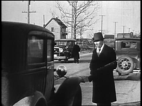 b/w 1934 law enforcement officers with guns pursuing john dillinger stopping cars on street - john dillinger stock-videos und b-roll-filmmaterial
