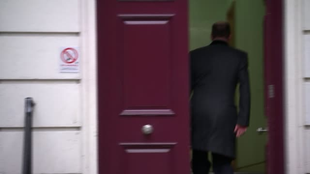 vídeos de stock, filmes e b-roll de law firm to investigate conservative party 'bullying' allegations london ext members of conservative party board arriving at conservative party... - channel 4 news