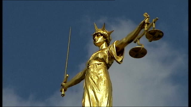 vunerable victims to pre-record court evidence to avoid hostile questioning; old bailey: scales of justice statue - 正義の天秤点の映像素材/bロール