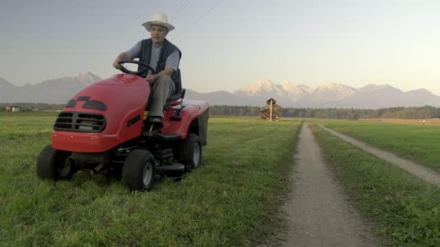 trattore tosaerba - tosaerba video stock e b–roll