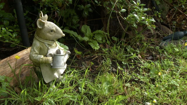 lawn statue of mouse - cut video transition stock videos & royalty-free footage