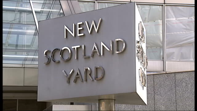 lawrence family smear campaign allegations bob lambert speaks out file / date unknown new scotland yard ext 'new scotland yard' revolving sign - ニュースコットランドヤード点の映像素材/bロール