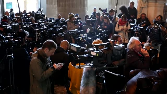 vídeos de stock e filmes b-roll de lawyer paul bekaert holds a press conference for ousted catalan president carles puigdemont at the end of the first hearing in brussels belgium on... - conferência de imprensa