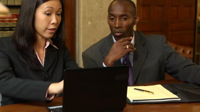 vídeos de stock e filmes b-roll de advogados preparar para ensaio-vera - law