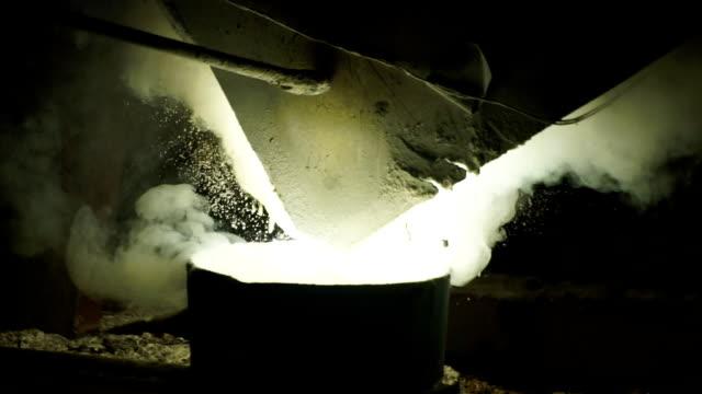 Gelaagde witte rook en vuur uit de hoogovens. Verwerking van staal in de ijzergieterij plant.