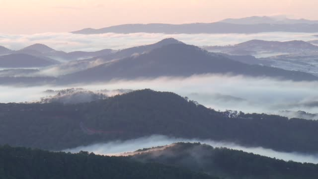 vidéos et rushes de layers of mountain in cloud - couches superposées