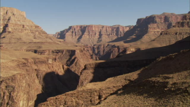 layers of rock comprise the walls of the grand canyon. - グランドキャニオン点の映像素材/bロール
