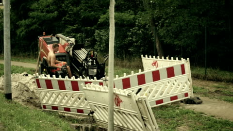vidéos et rushes de laying of a high-speed internet cable  - underground engineering - seulement des jeunes hommes