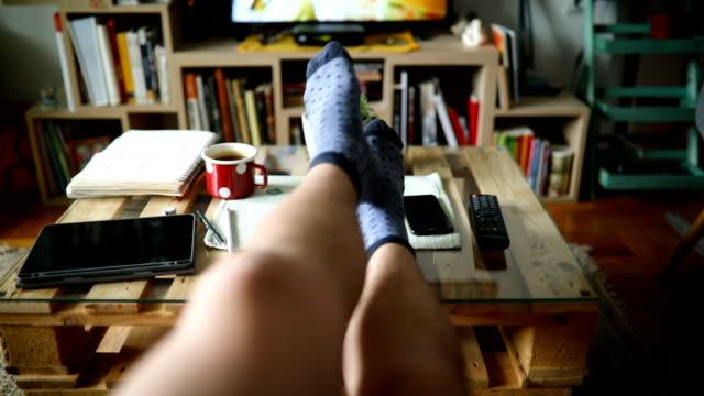 レイジーサンデー - テレビのリモコン点の映像素材/bロール