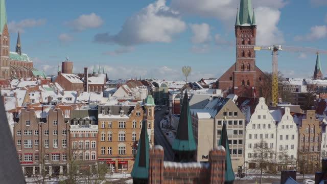 vidéos et rushes de lübeck holsten gate in winter - allemagne
