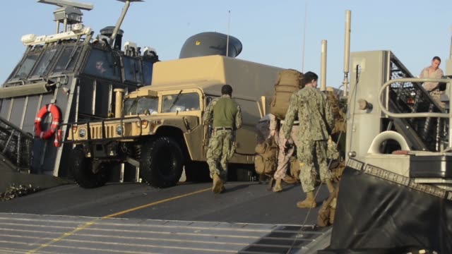 vídeos y material grabado en eventos de stock de lcacs from the uss iwo jima provide transportation to marines from battalion landing team, 2nd battalion, 6th marine regiment, 26th marine... - vehículo anfibio