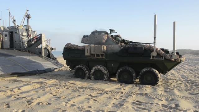 vidéos et rushes de lcacs from the uss iwo jima provide transportation to marines from battalion landing team, 2nd battalion, 6th marine regiment, 26th marine... - aéroglisseur