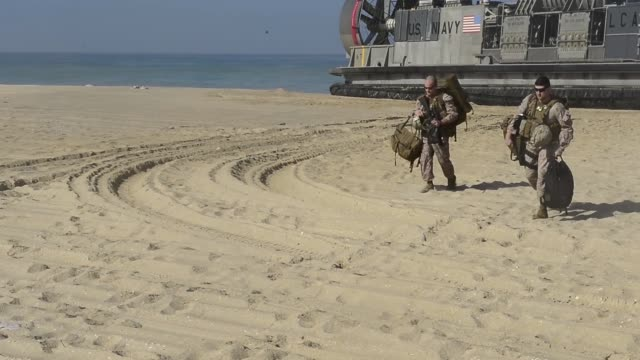 vídeos de stock, filmes e b-roll de lcacs from the uss iwo jima provide transportation to marines from battalion landing team 2nd battalion 6th marine regiment 26th marine expeditionary... - veículo anfíbio