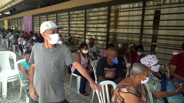 vídeos de stock, filmes e b-roll de líderes comunitarios de las diez mayores favelas de brasil lanzarán un banco para ayudar a los habitantes de estos barrios desfavorecidos, que están... - desemprego