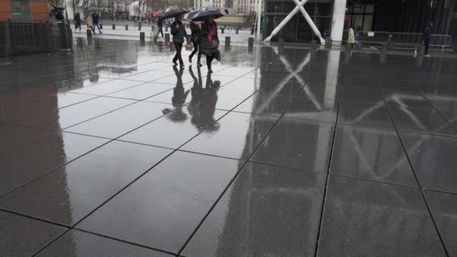 le centre pompidou in the pouring rain during winter. - wintermantel stock-videos und b-roll-filmmaterial