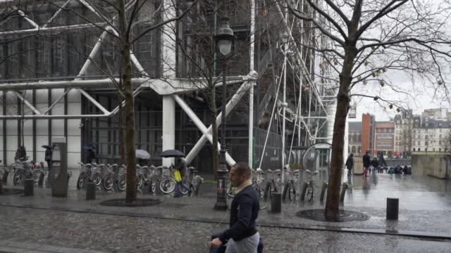 vidéos et rushes de le centre pompidou in the pouring rain during winter. - manteau et blouson d'hiver