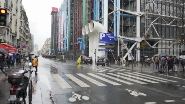 le centre pompidou in the pouring rain during winter. - verkehrs leuchtsignal stock-videos und b-roll-filmmaterial