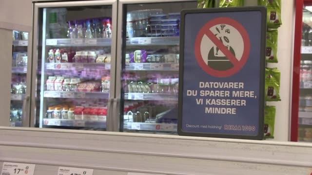 le dan recelo los productos que ya caducaron un supermercado danes los ofrece y con exito para luchar contra el despilfarro de comida - comida stock videos & royalty-free footage