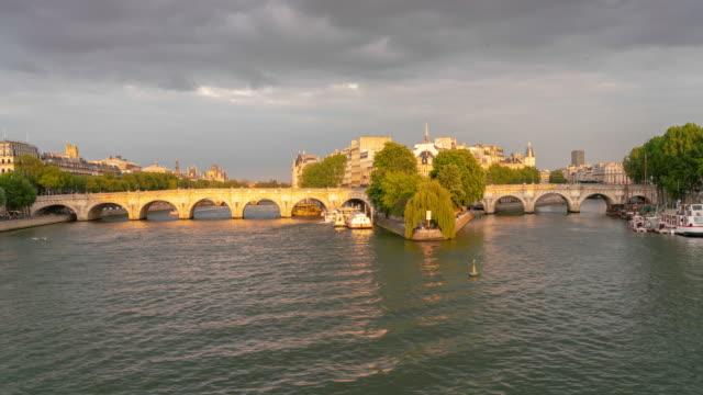 パリのヌフでイル・デ・ラ・シテとポン・が 4 k タイムラプス - ポンヌフ点の映像素材/bロール