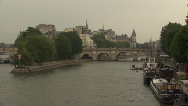 île de la cité in paris - ポンヌフ点の映像素材/bロール