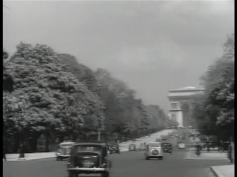 paris france cu 'le grande hotel paris' travel sticker ls champselysees w/ traffic ws arc de triomphe behind painter in palais des tuileries garden... - rue royale stock-videos und b-roll-filmmaterial