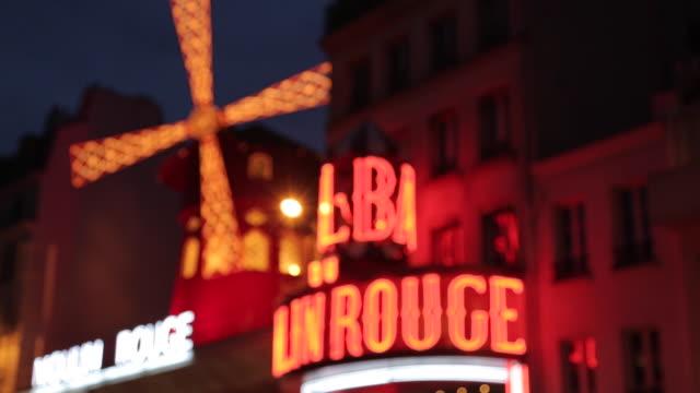 vidéos et rushes de le moulin rouge, boulevard de clichy, paris, france, europe - fondu d'ouverture