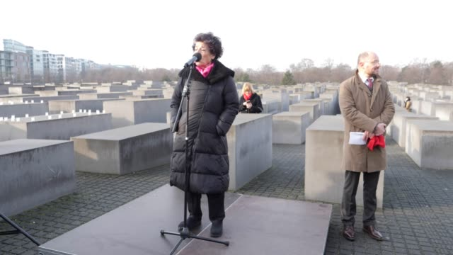 vídeos y material grabado en eventos de stock de lea rosh speaks at a commemoration of the victims of the holocaust at the memorial to the murdered jews of europe on the 75th anniversary of the... - centro de berlín
