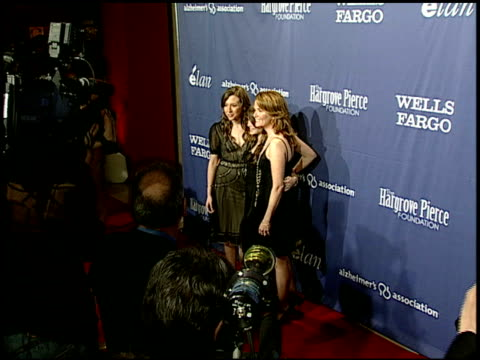 vídeos de stock, filmes e b-roll de lea thompson and daughters madelyn deutch and zoey deutch at the the alzheimer's association 15th annual 'a night at sardi's' fundraiser and awards... - lea thompson