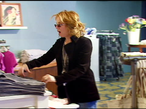 vídeos de stock, filmes e b-roll de lea thompson at the aerie spa at the village at the lift in park city utah on january 18 2007 - lea thompson