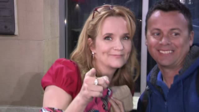 vídeos de stock, filmes e b-roll de lea thompson greets fans while arriving at the beautiful creatures after party in hollywood 02/06/13 - lea thompson