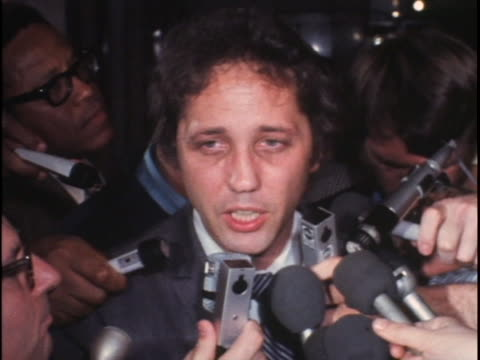 lead defense attorney paul fitzgerald speaking to mob of reporters inside courthouse following the conviction of murderers charles manson, susan... - arte dell'antichità video stock e b–roll