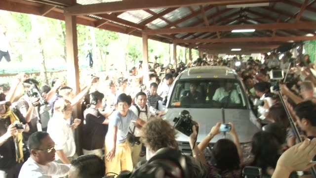 vidéos et rushes de leader aung san suu kyi departs a polling station ,crowded with media, in bahan township, yangon during myanmar's first free and fair election. the... - 2015
