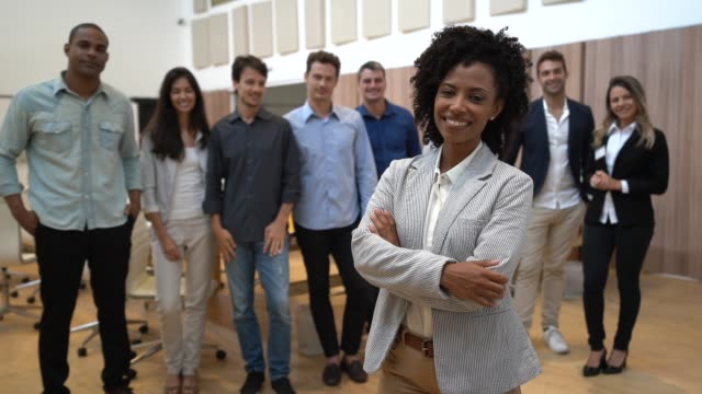 vídeos de stock, filmes e b-roll de empresária de líder com a equipe de negócios confiante no plano de fundo - gabar se
