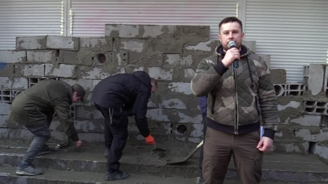 vidéos et rushes de leader of national corps party andriy biletsky speaksduring protest of activists of national corpswhich build a wall which block entrance to the... - parpaing