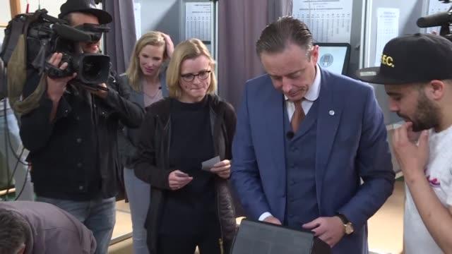 vídeos y material grabado en eventos de stock de leader of the flemish nationalist nva party bart de wever votes in the belgian city of antwerp where he is mayor - bart